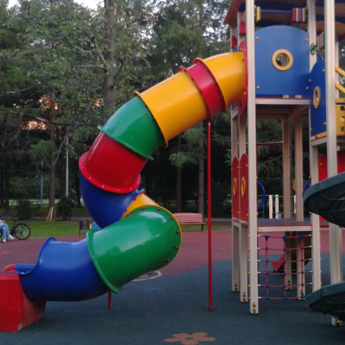 Wendelrutschbahn als Anbau an Spielplatzgeräten