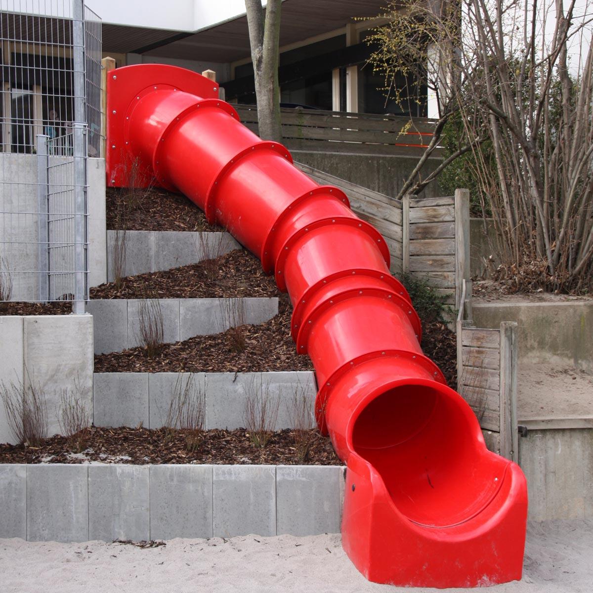 Alte Treppe mit Röhrenrutschbahn