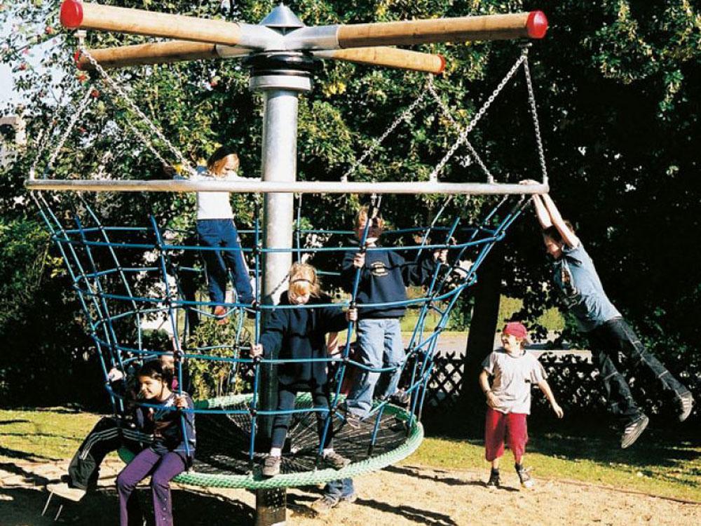 Drehbäume bewegen die Kinder auf dem Spielplatz