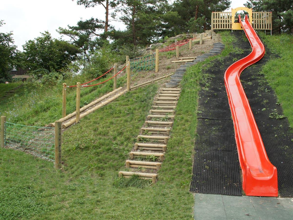 Rutschbahnen für öffentliche Spielplätze nach Norm EN1176